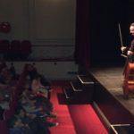 Marc Coppey présente le concert aux écoles de Villefranche de Rouergue