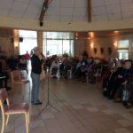 La compositrice Florentine Mulsant explique son oeuvre aux résidents de la Maison de Retraite de Bozouls (Aveyron)